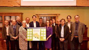 In 2030 moet de CO2-uitstoot in Groningen de helft lager zijn dan nu: daarvoor zetten bestuurders van gemeenten, provincie en waterschappen in Zuidwolde hun handtekening. Foto DvhN (Alex Wiersma